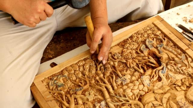 Mão de carver escultura de madeira - vídeo