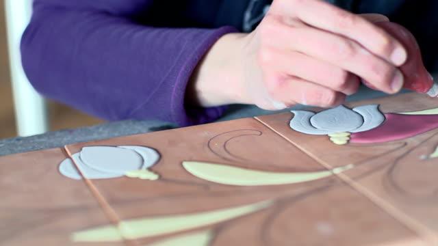 hand des keramikers arbeiten auf fliesen - dekorative kunst stock-videos und b-roll-filmmaterial