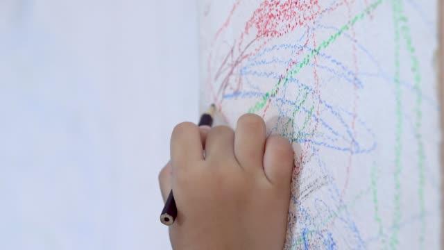 벽에 연필을 그리는 아이의 손 - kids drawing 스톡 비디오 및 b-롤 화면