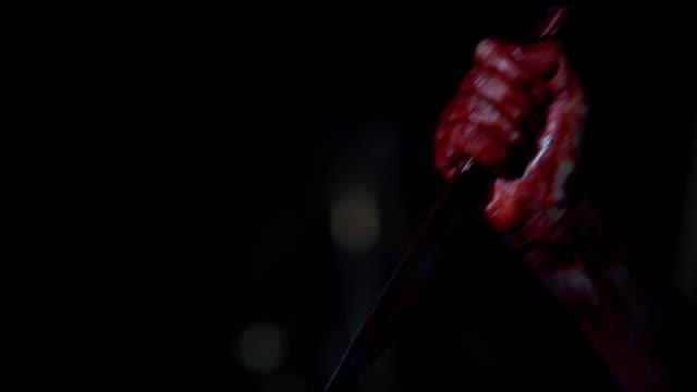 vidéos et rushes de main de cruel meurtrier poignardé victime plusieurs fois avec un couteau, tueur - lame