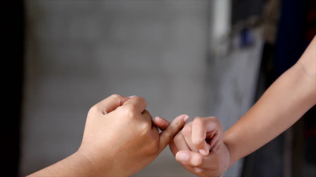 hand of girl and young woman be hand in hand metaphor contact commitment and promise - mano donna dita unite video stock e b–roll