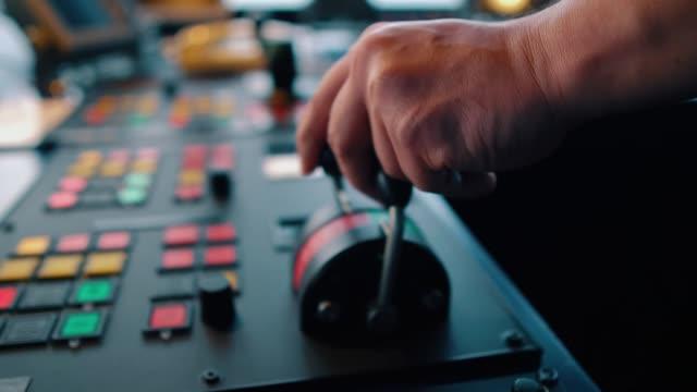 mano dell'ufficiale marino operazioneg nave ponte attrezzature di offshore dp nave propulsore pitch eliche telegrafiche maniglie radio, dispositivi di navigazione - leva video stock e b–roll
