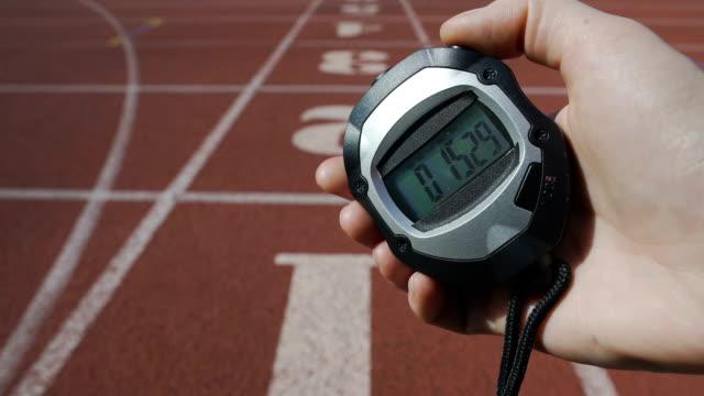 vidéos et rushes de main de l'arbitre fixant le temps de chronomètre au concours, défi sport - chrono sport