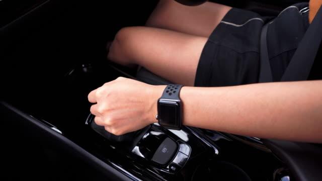 hand av kvinnan byta redskap när du kör bil - växelspak bildbanksvideor och videomaterial från bakom kulisserna