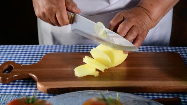hand von frau geschnittene kartoffeln - knollig stock-videos und b-roll-filmmaterial
