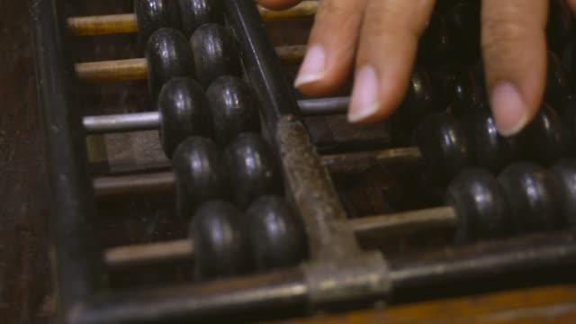 hand av kvinnan använda gamla abacus - abakus bildbanksvideor och videomaterial från bakom kulisserna