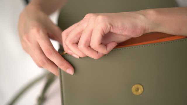 手で袋を開く - 手 女性点の映像素材/bロール