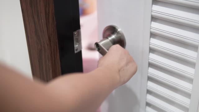 Hand open the door.