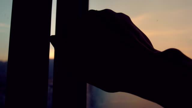vídeos de stock e filmes b-roll de hand open window in the morning - open window