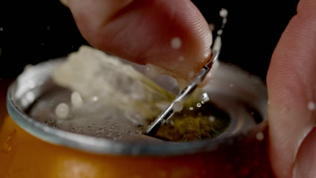 vídeos de stock e filmes b-roll de slo mo hand opening a can of cold drink - lager
