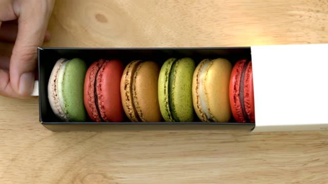 マカロン ボックスを開き手。 - フランス料理点の映像素材/bロール