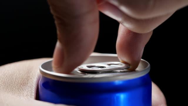 handöffnung der dose energydrink, nahaufnahme - koffeinmolekül stock-videos und b-roll-filmmaterial