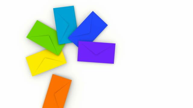 vidéos et rushes de distribuez une pile de couleurs enveloppes - carte postale