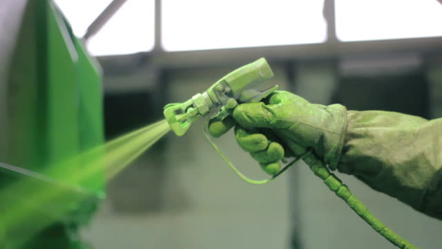 Hand painting of a metal surface by spray gun
