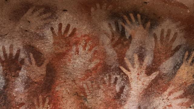 vídeos de stock, filmes e b-roll de pinturas manuais na caverna das mãos, também conhecida como cueva de las manos na província de santa cruz, patagônia, argentina - civilização milenar