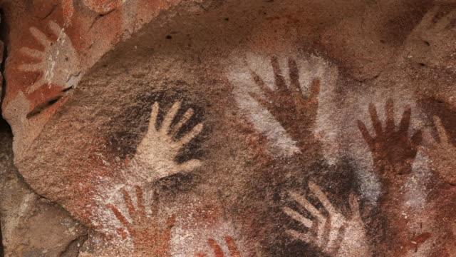 vídeos de stock, filmes e b-roll de pinturas manuais na caverna das mãos, também conhecida como cueva de las manos, na província de santa cruz, patagônia, argentina - civilização milenar