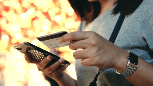 hand paying online - поколение z стоковые видео и кадры b-roll