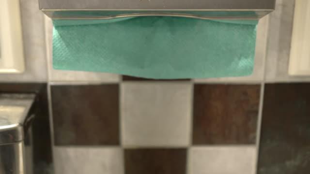 vídeos de stock, filmes e b-roll de mão pegando uma toalha de papel - seco