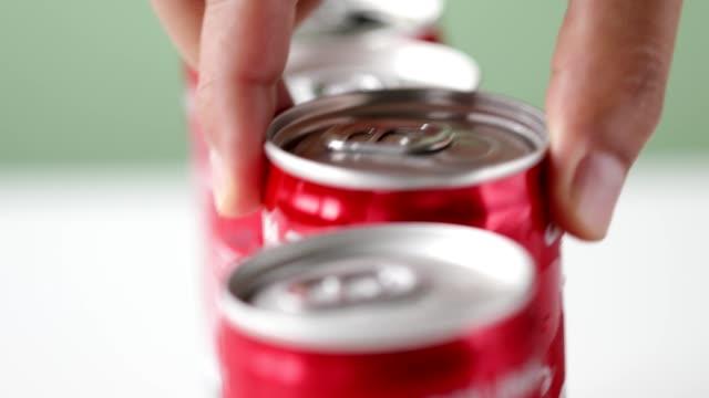 vídeos y material grabado en eventos de stock de recoge a mano una lata de refresco en un recipiente rojo - listo para comer
