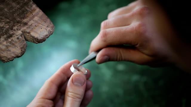 手工拋光白金首飾戒指珠寶商 - 手工藝 個影片檔及 b 捲影像