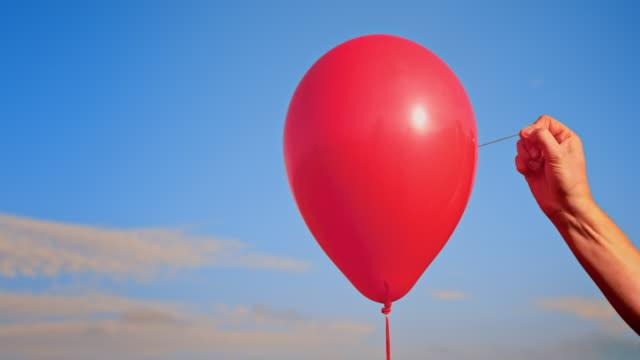 slo mo ld el bir iğne ile kırmızı bir balon haşhaş - balon stok videoları ve detay görüntü çekimi