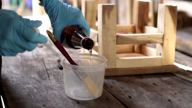 hand pouring liquid polyurethane - poliuretano polimero video stock e b–roll