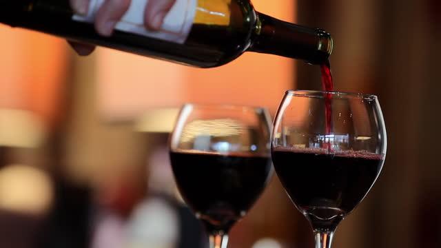 ワイングラスに手を注ぎます。 - グラス点の映像素材/bロール