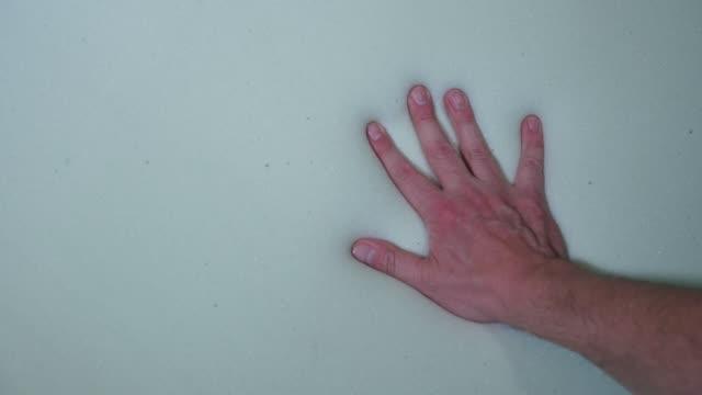 vídeos y material grabado en eventos de stock de prensas de mano en el colchón de la espuma suave - colchón