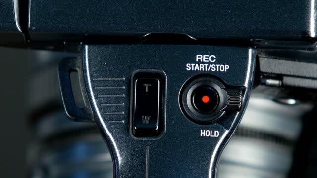 mano presse record pulsante, primo piano, vista frontale - spingere video stock e b–roll