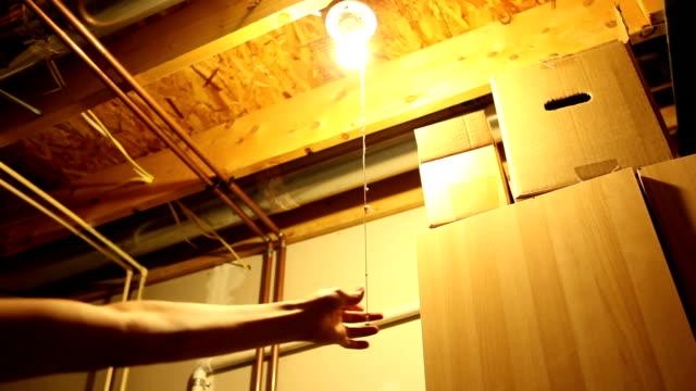 hand bedient string drehen glühbirne ermäßigung auf - dachboden stock-videos und b-roll-filmmaterial