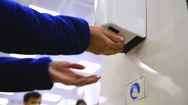 vídeos y material grabado en eventos de stock de desinfectante de manos en el mercado. la gente desinfecta sus manos antes de comprar - hand sanitizer