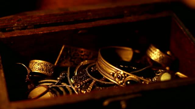 hand searching in a treasure chest - scatola del tesoro video stock e b–roll
