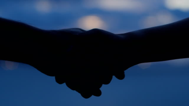 vídeos de stock, filmes e b-roll de shake de mão ao pôr do sol - handshake