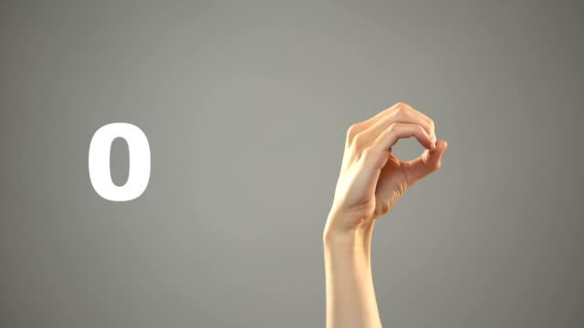 firma a mano da 0 a 10 numeri in asl, esercitazione sul linguaggio dei segni per sordi - due oggetti video stock e b–roll