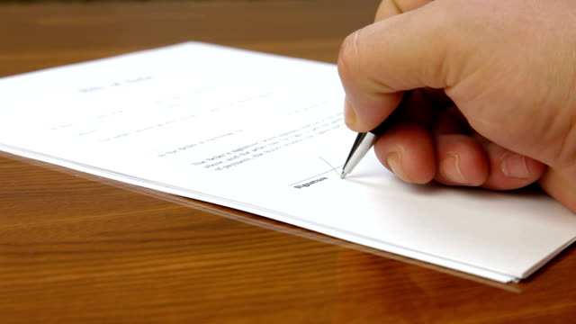 mano firma contratto - firma video stock e b–roll