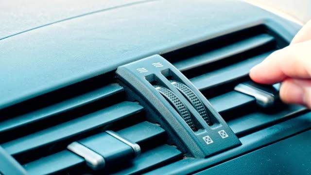 hand glidande sätt av bil luftflödet av luftkonditioneringen - ventilation bildbanksvideor och videomaterial från bakom kulisserna