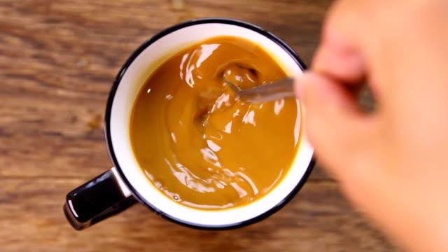 handrühren kaffee per löffel - cappuccino stock-videos und b-roll-filmmaterial
