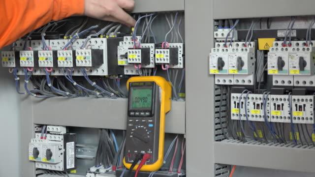 Conexión de alimentación mano puntos de sutura en cuadro eléctrico - vídeo