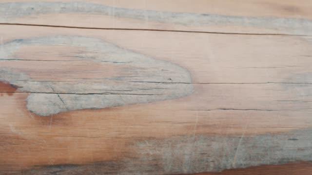 vidéos et rushes de coups de main une belle texture de bois de pin brun de haute qualité - bras humain