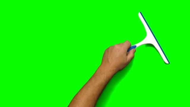 vidéos et rushes de main en frappant à toute volée sqeegee diagonalement à travers l'écran - raclette