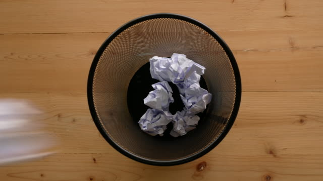 hand throw crumpled into the trash. - cestino video stock e b–roll