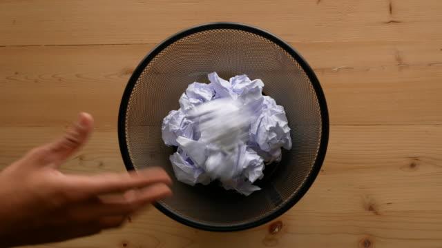 vídeos de stock e filmes b-roll de hand throw crumpled into the trash. - amarrotado