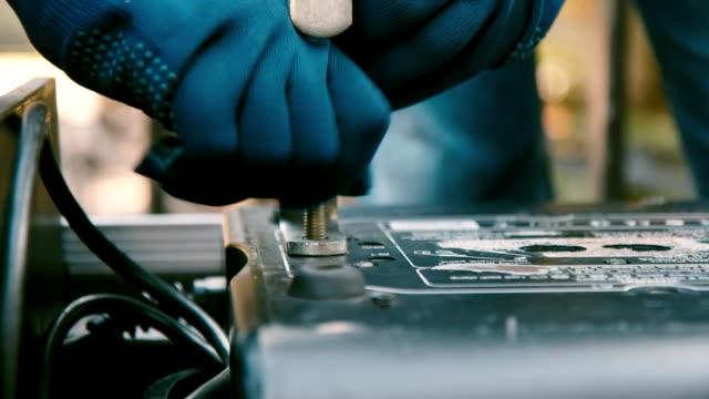 hand tighten the screws, close-up shot - затягивание стоковые видео и кадры b-roll