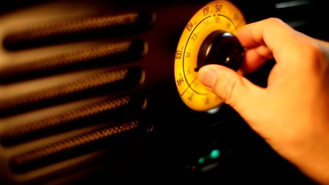 vidéos et rushes de main réglage fm radio rétro knob - cadran