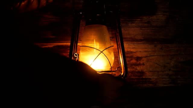 el açmak fener lambası geceleri - ahır stok videoları ve detay görüntü çekimi