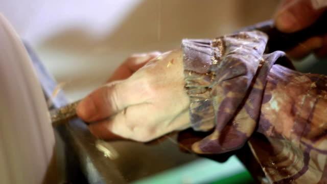 hand turner wood close-up - truciolo video stock e b–roll