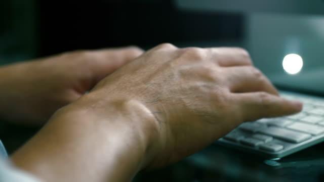 vídeos de stock, filmes e b-roll de mãos digitando - log on