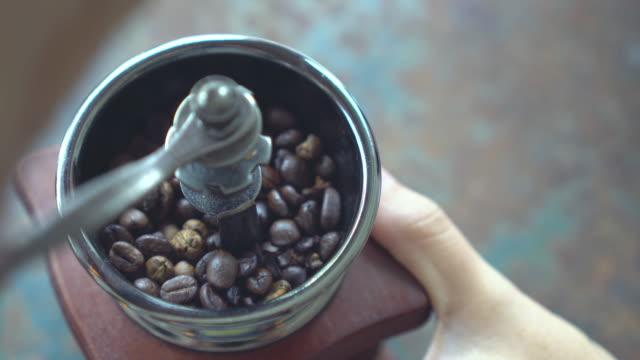 vídeos de stock e filmes b-roll de hand use old vintage coffee grinder with coffee beans. - triturar atividade