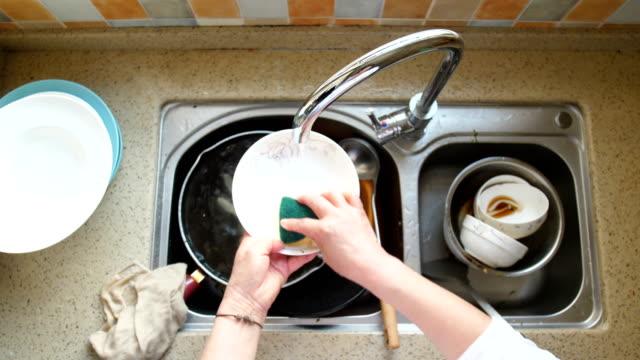 stockvideo's en b-roll-footage met handwas gerechten - serviesgoed