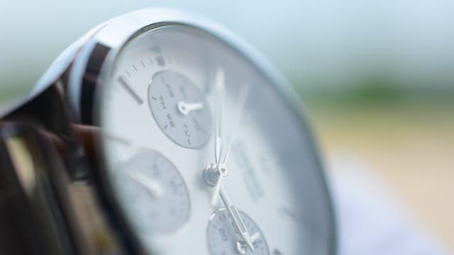 vídeos de stock, filmes e b-roll de relógio da mão na tabela de madeira para o uso no diário que verific o pulso de disparo e o tempo - punho
